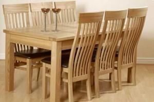 Bàn ghế gỗ được sử dụng trong gia đình