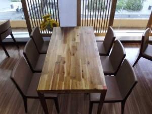 Bàn dài gỗ và ghế bọc nệm,miễn phí vận chuyển  với số lượng lớn