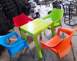 Cần bán gấp bàn ghế nhựa nhìu màu