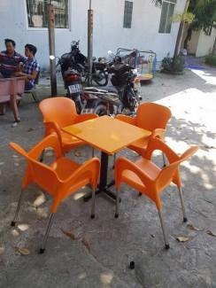 Nguyên bộ bàn ghế nhựa đúc nữ hoàng màu cam