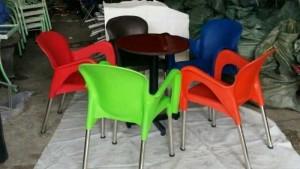 Bộ bàn gỗ và ghế nhựa đúc nhìu màu