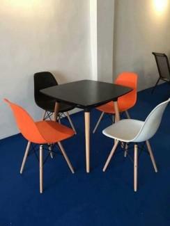 Bàn gỗ mặt vuông và ghế nhựa trong văn phòng