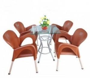 Bộ bàn vuông mặt kính và ghế nhựa đúc màu nâu
