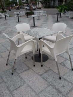 Bàn vuông mặt kính và ghế nhựa đúc màu trắng