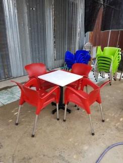 Bàn vuông mặt kính màu trắng và ghế nhựa đúc