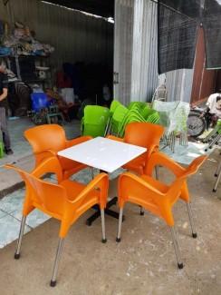Bán bàn ghế nhựa đúc màu cam tại nội thất Nguyễn Hoàng