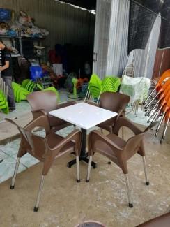 Cần bán gấp bộ bàn ghế nhựa đúc màu nâu