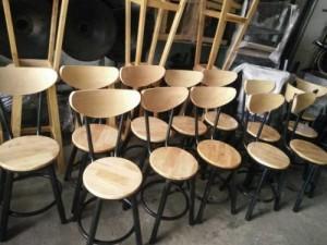Ghế gỗ lưng cao được sử dụng kinh doanh quán club