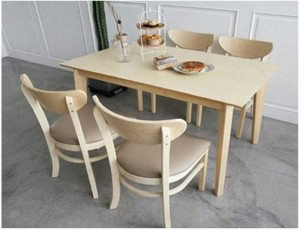 Bộ bàn ăn có ghế bọc nệm được sử dụng trong gia đình