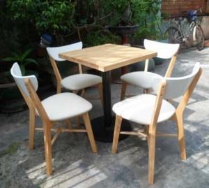 Bộ bàn ăn có ghế bọc nệm trắng ngoài trời