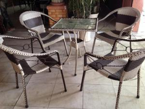 bàn ghế cafe mây nhựa giá rẻ tại xưởng sản xuất HGH 527