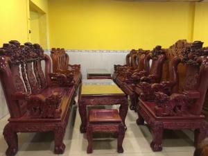 Bộ bàn ghế màu tím độc lạ tại Tiền Giang
