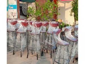 Ghế gỗ chân cao cho quán bar.