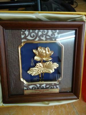 Tranh hoa sen mạ vàng quà tặng đọc đáo cho doanh nghiệp sự kiện
