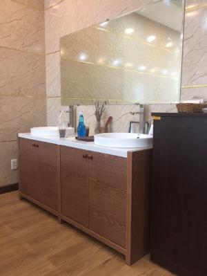 Tủ lavabo đặt sàn gỗ nhựa picomat cùng mặt đá trắng vân mây