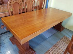 Mặt bàn ăn gỗ bên nguyên tấm