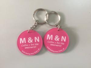 xưởng sản xuất móc khóa mica - móc khóa màu hồng