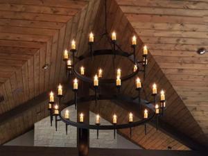 đèn chùm thông tầng