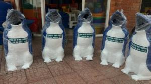 Thùng chứa rác hình chim cánh cụt dùng trong trường học