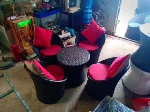 Bàn ghế trứng màu đen niệm đỏ cần thanh