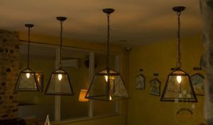 Đèn chùm Châu Âu thả trần quầy bar