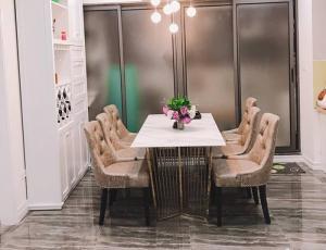 Bộ bàn ăn chân inox mạ titan vàng mặt đá kết hợp cùng ghế bọc da sang trọng