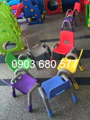 Cung cấp ghế nhựa có tay vịn cho trẻ em mầm non, mẫu giáo