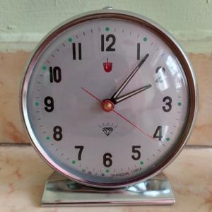 Các loại đồng hồ để bàn lên dây cót ko cần xài pin