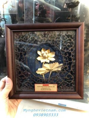 Quà tặng doanh nghiệp-Tranh hoa sen mạ vàng