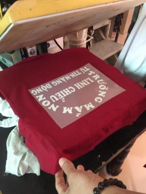 xưởng may áo thun màu đỏ đô giá rẽ