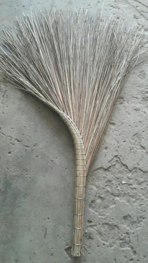 2019-12-12 16:25:20  7 chổi dừa tươi. nguyên liệu: cọng dừa tươi trọng lượng: 550gr. cán lóng. bó dây kẽm. chổi dừa, chổi xương dừa, chổi bông cỏ. 10,000