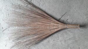 2019-12-12 16:25:20  4 chổi rẽ quạt nguyên liệu: cọng dừa đen. cán lóng. trọng lượng: 500gr chổi dừa, chổi xương dừa, chổi bông cỏ. 10,000