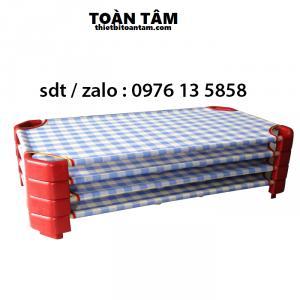 Giường Lưới Sọc Caro Xanh Nhạt Đế Đỏ - giường mầm non giá rẻ