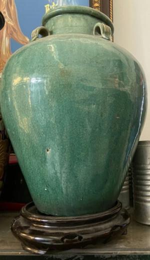 chóe độc sắc Lái Thiêu xưa họa tiết đơn giản, ám họa mai viền quanh thành chóe, men màu xanh mạ sắc tươi đẹp và nhẹ nhàng cốt già hàng xoay tay, men rạn điều đẹp kích thước cao 35cm, miệng 12cm tình trạng lành đẹp 100% giá 1.900.000đ 0943799989 (zalo)