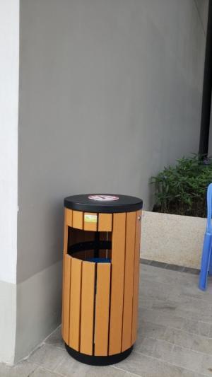 Thùng rác giả gỗ có gạt tàn - Dụng cụ khách sạn Thiên An