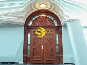 Thiết kế cửa gỗ gõ đỏ phong cách hiện đại, cổ điển giá hợp lý