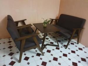 Cần thanh lý bộ bàn ghế sofa gỗ cafe giá rẻ