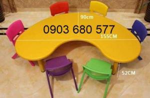 Chuyên cung cấp bàn nhựa hình vòng cung dành cho trẻ nhỏ mầm non