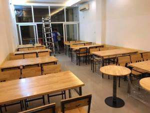 Bàn ghế gỗ dùng cho quán ăn nhà hàng sang trọng