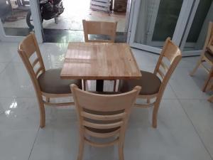 Chúng tôi cần thanh lí gấp 30 bộ bàn ghế cafe giá rẻ liên hệ