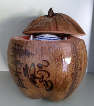 Combo Vỏ + bình trà trái dừa hoa văn chữ: An-Tâm-Nhẫn-Phát-Hiếu