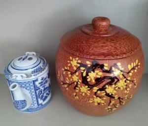 Combo Vỏ + bình trà gỗ dừa hoa văn nhành Mai