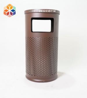 2020-04-01 15:03:48  1 Thông số kỹ thuật: Thùng rác ngoài trời sắt sơn -Kích thước: Φ400*775 mm -Chất liệu: thép sơn tĩnh điện chống gỉ -Màu sắc: Nâu café, Xanh đậm -Vị trí đặt: Khuôn viên ngoài trời hoặc sảnh tòa nhà Thùng rác trang trí, thùng rác ngoài trời sắt sơn GPX-63 2,290,000