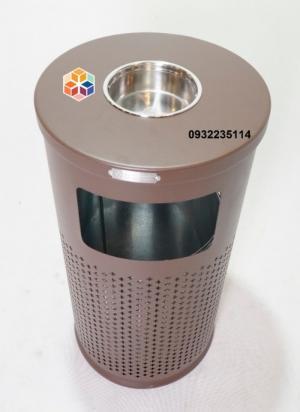 2020-04-01 15:03:48  4 Thông số kỹ thuật: Thùng rác ngoài trời sắt sơn -Kích thước: Φ400*775 mm -Chất liệu: thép sơn tĩnh điện chống gỉ -Màu sắc: Nâu café, Xanh đậm -Vị trí đặt: Khuôn viên ngoài trời hoặc sảnh tòa nhà Thùng rác trang trí, thùng rác ngoài trời sắt sơn GPX-63 2,290,000
