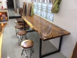 Bàn làm việc gỗ me tây dài 2.12m mẫu ốp tường
