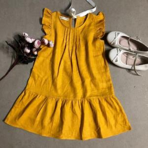 Đầm bé gái xếp ly trơn màu vàng nghệ cột ruban phía sau D03-VANG