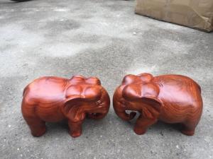Cặp tượng voi nguyên khối gỗ hương dài 20 cm