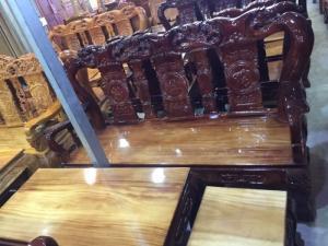 Bộ ghế sa lông tay 12 gỗ xoan đào mặt gỗ gõ đỏ chạm đào