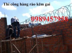 Báo giá thi công hàng rào thép gai hình dao - vua lưới chống trộm