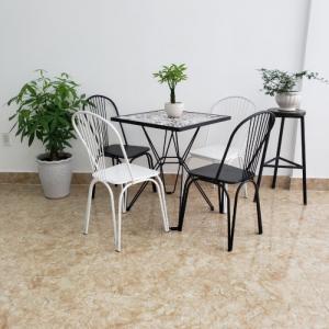 Chuyên cung cấp các loại bàn ghế cafe,bar,quán ăn,quầy,xích đu,dù..